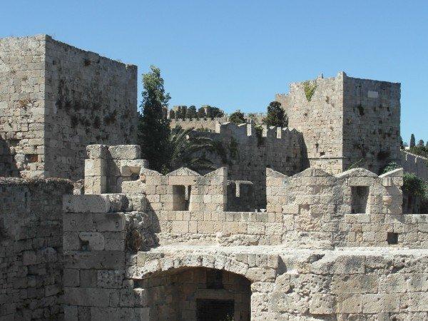 Masivní hradby starého města Rhodos