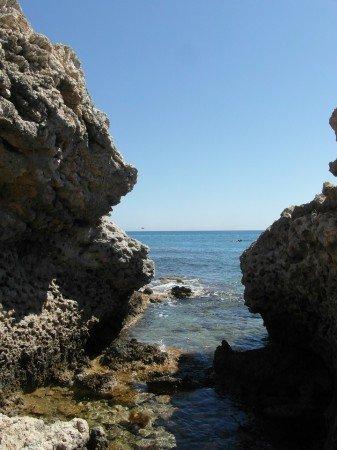 Skalnaté pobřeží poblíž letoviska Stegna